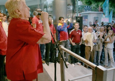 Argentinos celebran regreso Chávez